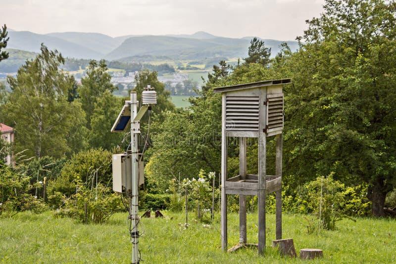 Pequeña estación meteorológica en un prado verde fotos de archivo libres de regalías