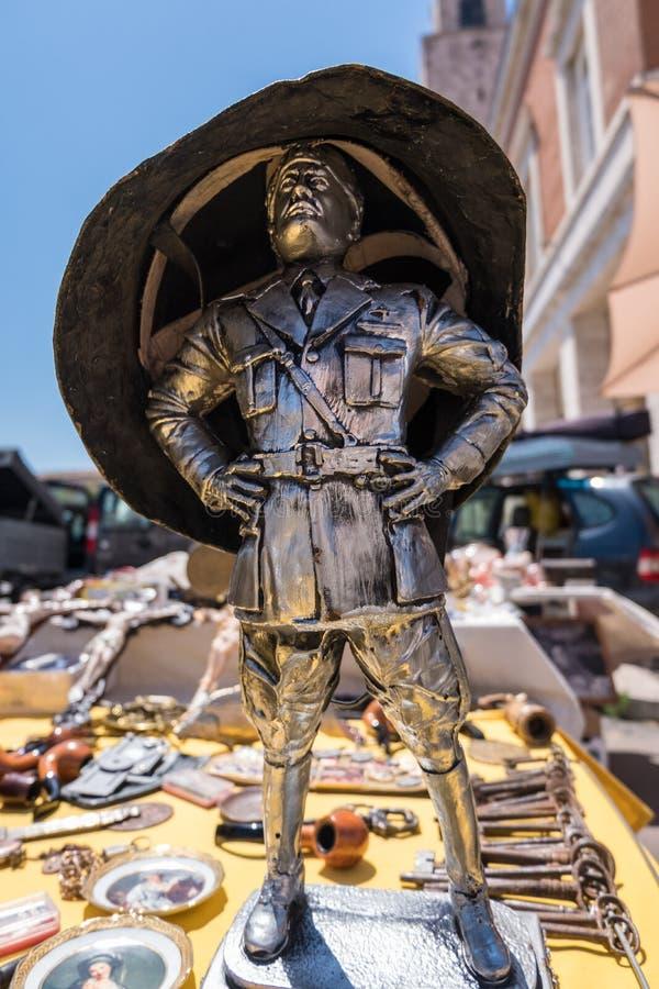 Pequeña estatua con el casco grande fotos de archivo