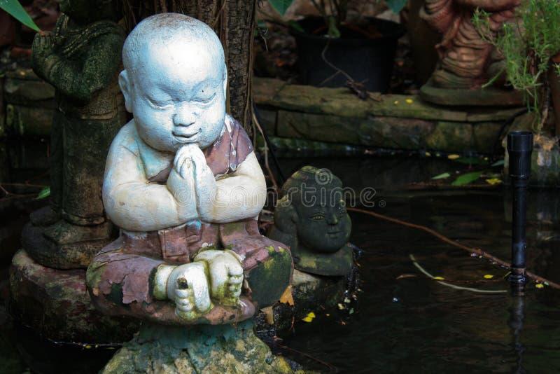 Pequeña estatua del monje fotos de archivo libres de regalías