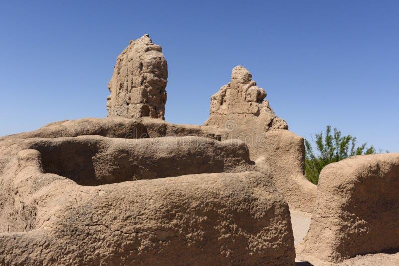 Pequeña estructura de construcción externa en las grandes ruinas de la casa imágenes de archivo libres de regalías