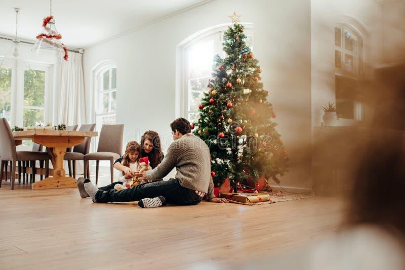 Pequeña familia que celebra la Navidad foto de archivo