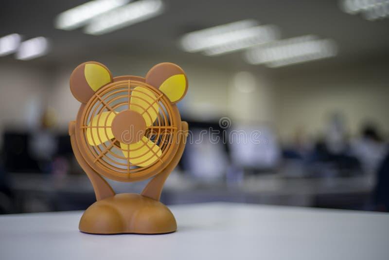 Pequeña fan anaranjada en la tabla o el juguete imagen de archivo