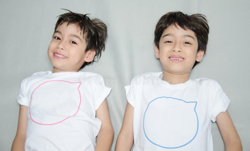 Pequeña fijación asiática del muchacho del hermano fotos de archivo libres de regalías