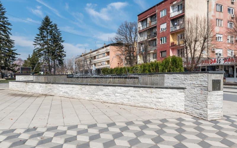 Pequeña fuente de agua de la decoración en el centro de Serbia del pueblo de Varvarin imágenes de archivo libres de regalías