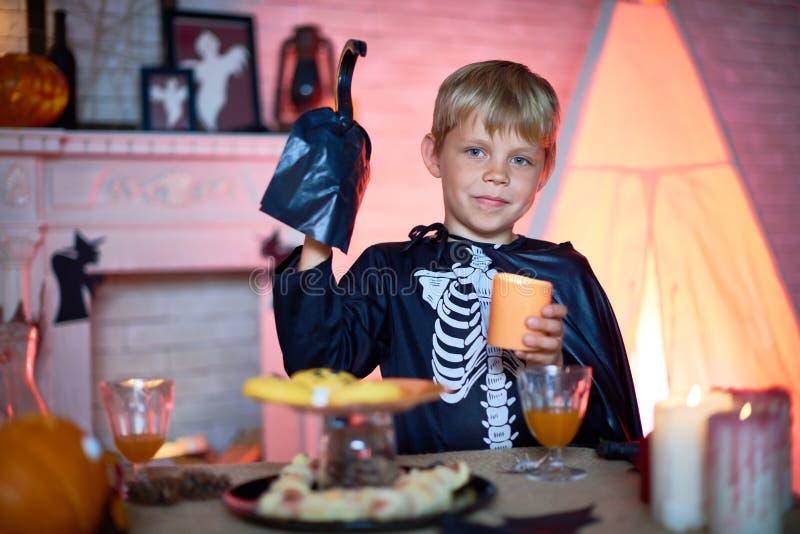 Pequeña huésped del partido de Halloween fotos de archivo libres de regalías