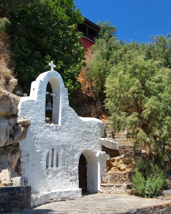Pequeña iglesia blanca en Grecia fotografía de archivo