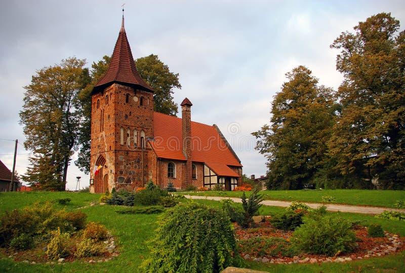 Pequeña iglesia de la aldea en la colina fotografía de archivo