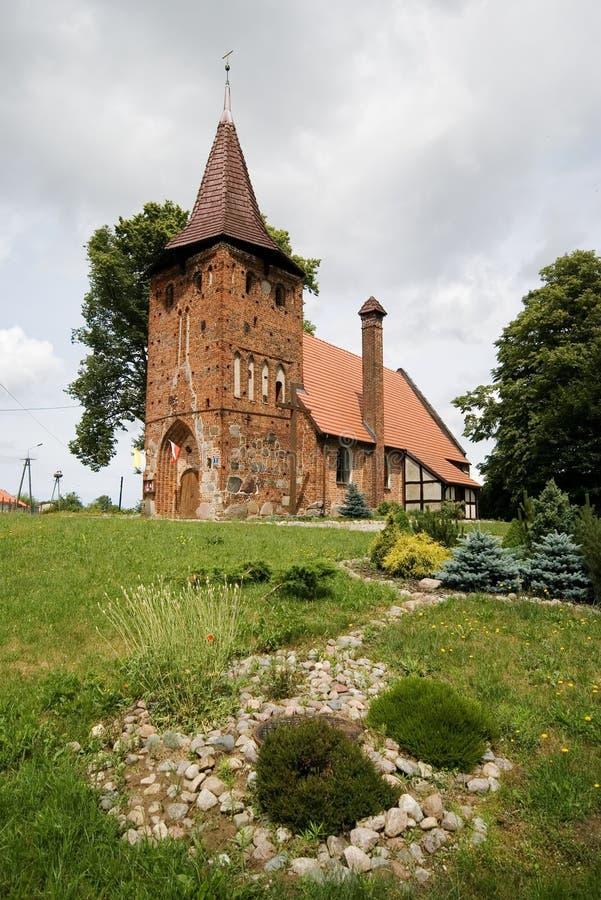 Pequeña iglesia de la aldea en la colina imagen de archivo