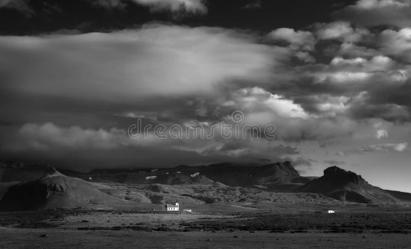 Pequeña iglesia de madera vieja en Hellnar, península de Snaefellsnes, Islandia imagenes de archivo