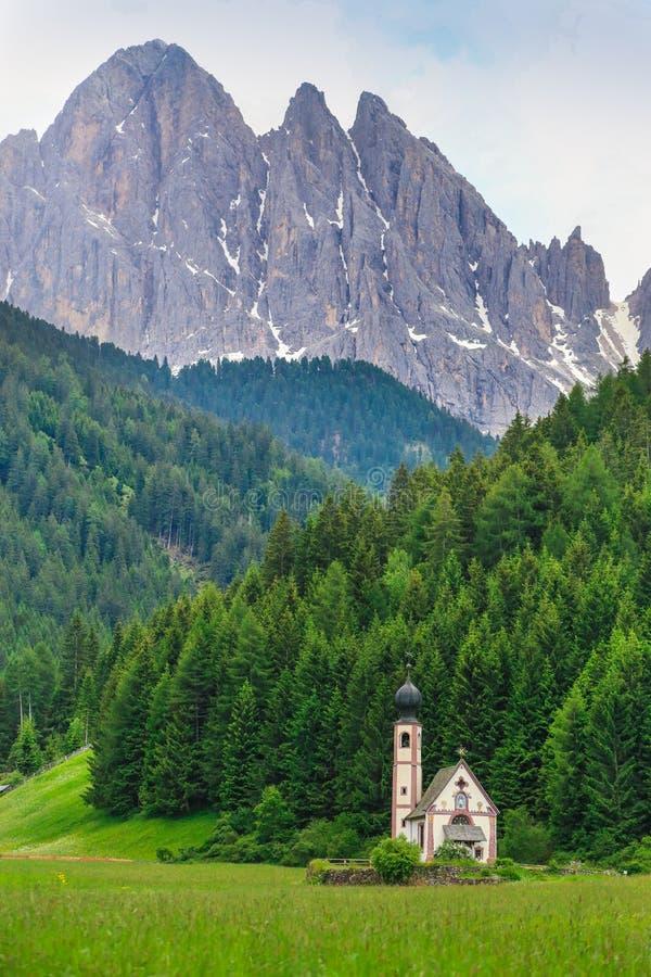 Pequeña iglesia de San Giovanni en Ranui en Santa Maddalena Alta en dolomías fotografía de archivo libre de regalías