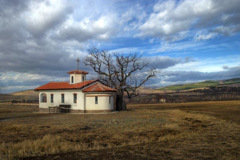 Pequeña iglesia en último otoño fotos de archivo