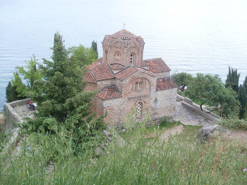 Pequeña iglesia en el lado del lago Ohrid, Macedonia foto de archivo libre de regalías