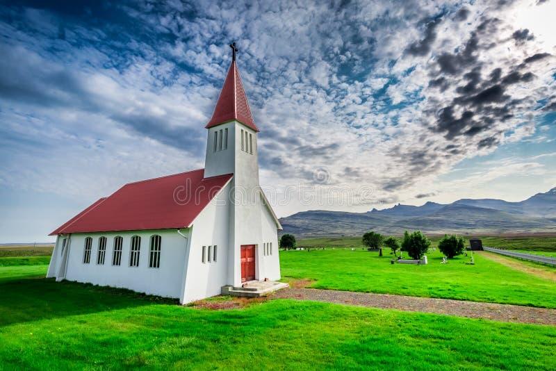 Pequeña iglesia en la montaña, Islandia imagenes de archivo