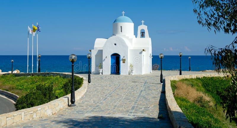 Pequeña iglesia por el hotel de oro en protaras, Chipre de la costa fotografía de archivo libre de regalías
