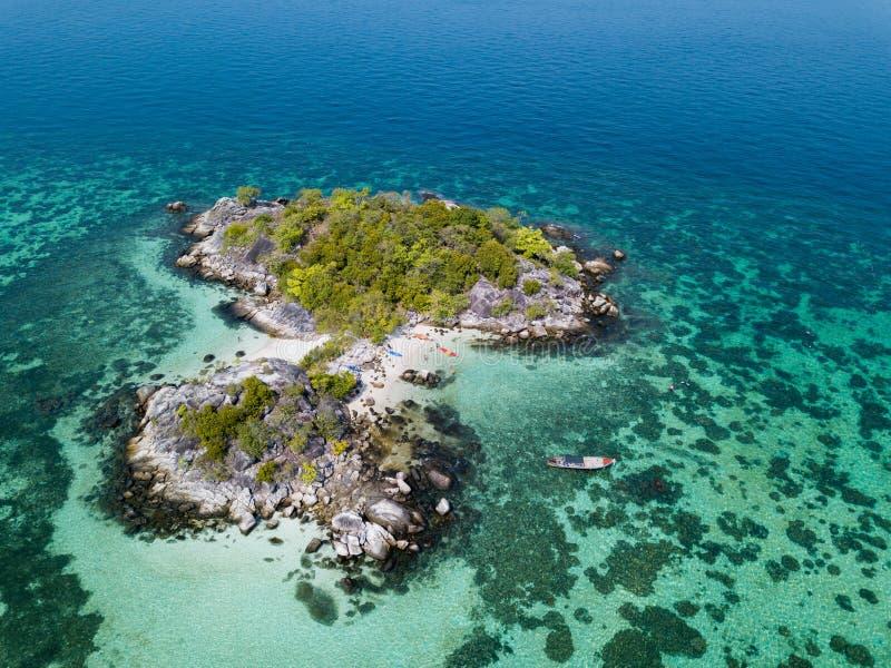 Pequeña isla cerca del mar de Andaman de la playa de Koh Lipe visto de abejón imagen de archivo