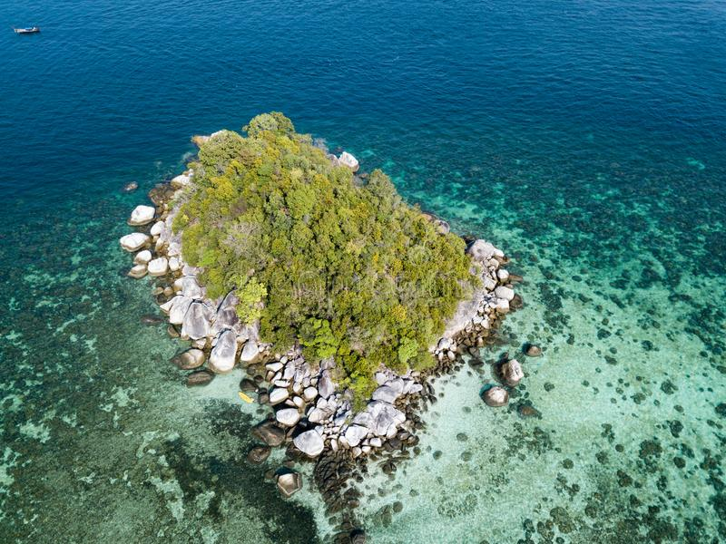 Pequeña isla cerca del mar de Andaman de la playa de Koh Lipe visto de abejón imagenes de archivo