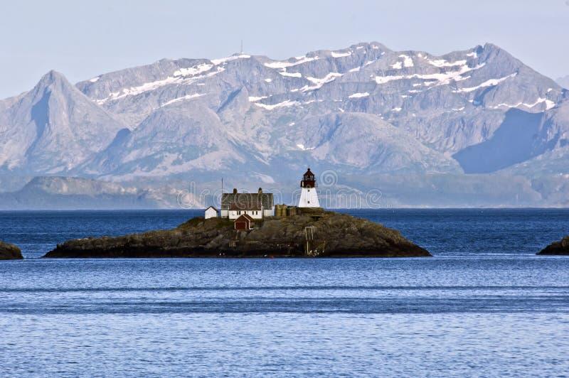 Pequeña isla con el faro en Noruega fotografía de archivo