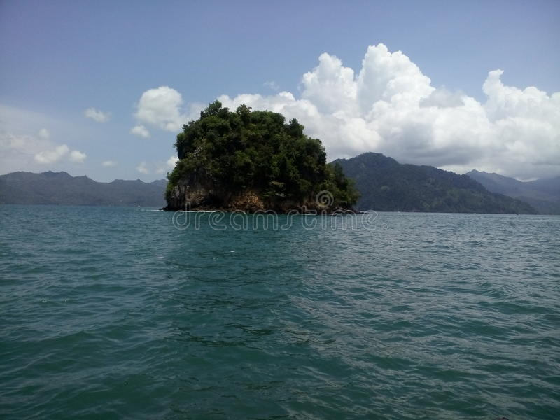 Pequeña isla en el medio del mar foto de archivo