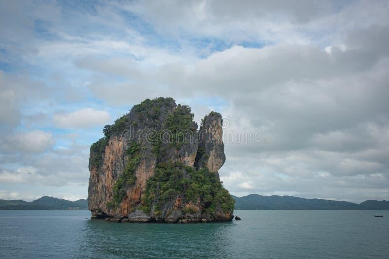 Pequeña isla en medio del océano fotografía de archivo libre de regalías