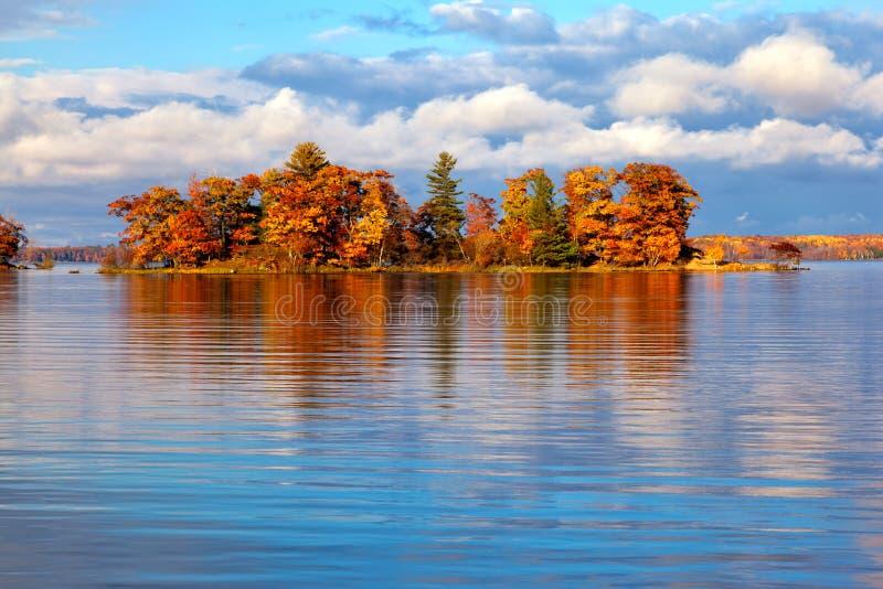 Pequeña isla en otoño fotos de archivo