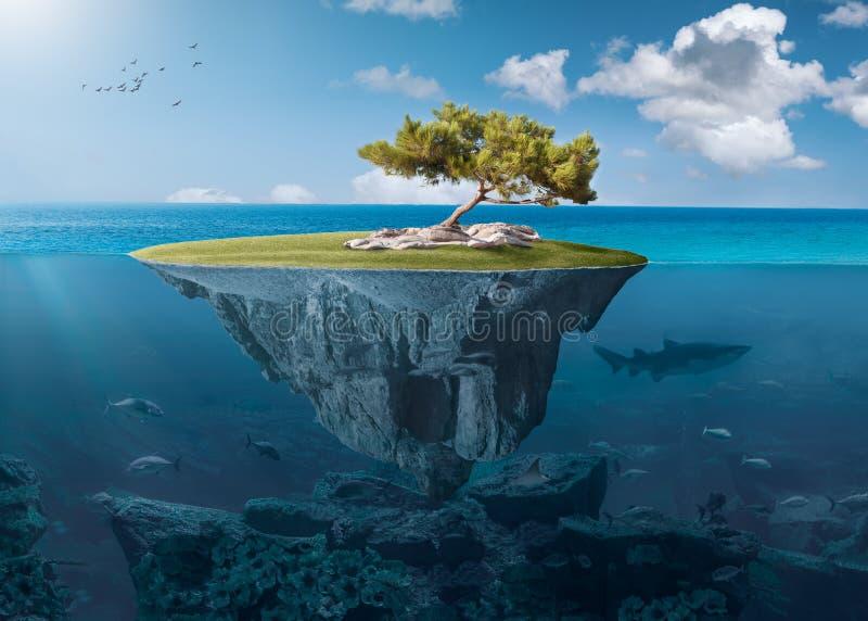 Pequeña isla idílica con el árbol solitario profundo en el océano foto de archivo