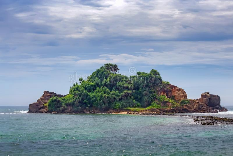 Pequeña isla tropical en el océano imagenes de archivo