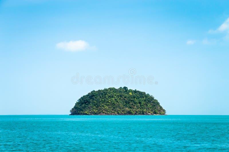 Pequeña isla verde redonda contra el cielo azul fotografía de archivo libre de regalías