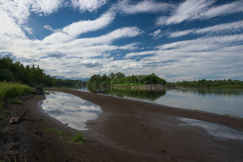 Pequeña isla vista de los bancos del río de Kamchatka foto de archivo