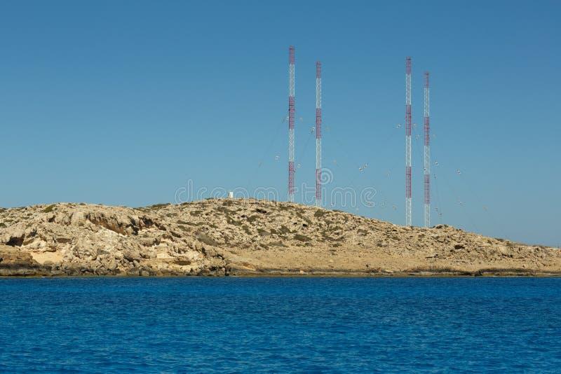 Pequeña laguna con agua ciánica en el área de Kavo Greco en la isla de Chipre imagenes de archivo