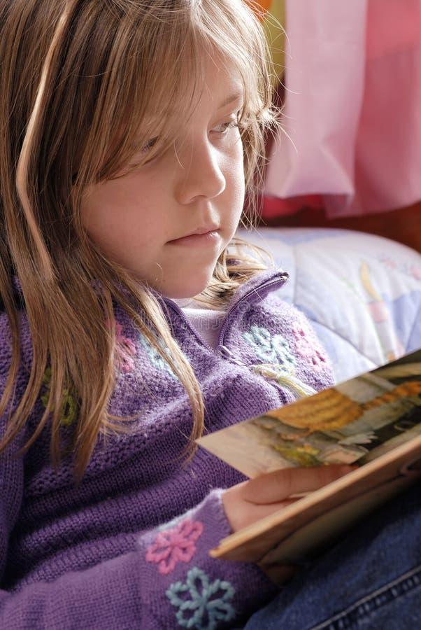 pequeña lectura de la muchacha imagen de archivo libre de regalías