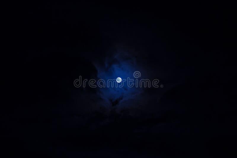 Pequeña luna azul detallada fotografía de archivo
