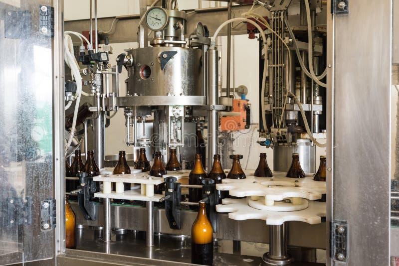 Pequeña máquina de embotellado de la cerveza imagen de archivo