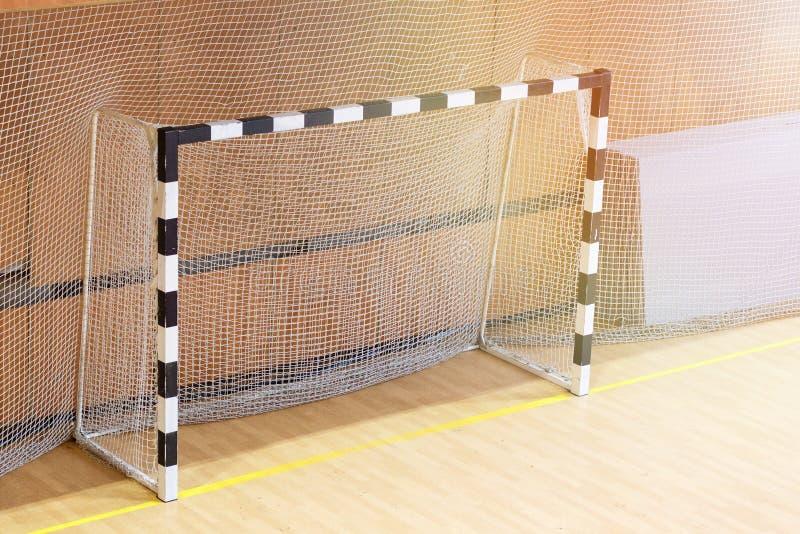 Pequeña meta del fútbol en el gimnasio Puertas vacías para el mini fútbol fotografía de archivo