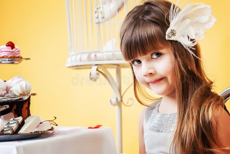 Pequeña morenita linda que presenta con el adorno del pelo foto de archivo libre de regalías