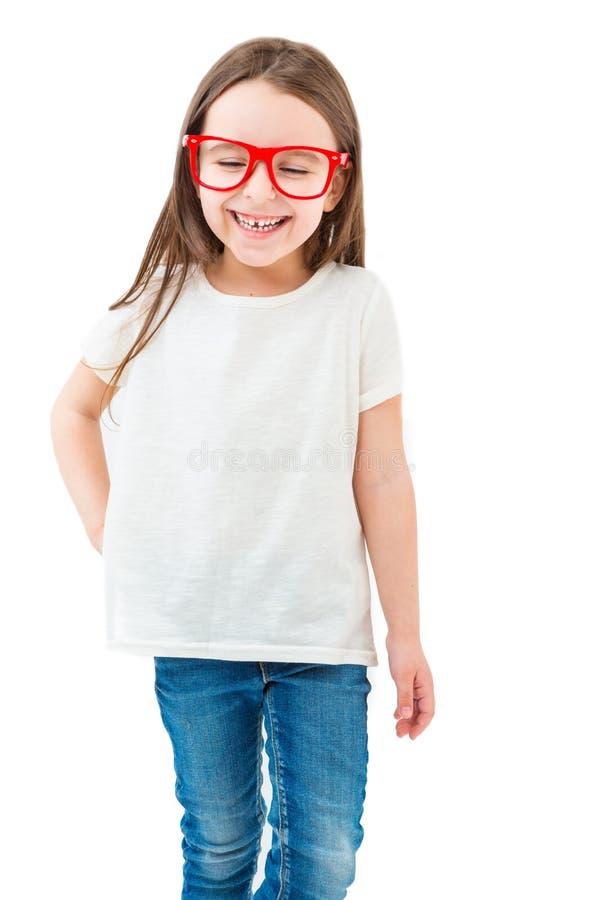 Pequeña muchacha adorable en una camiseta blanca imagenes de archivo