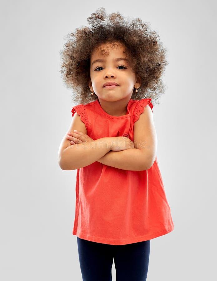 Pequeña muchacha afroamericana descontentada sobre gris foto de archivo libre de regalías