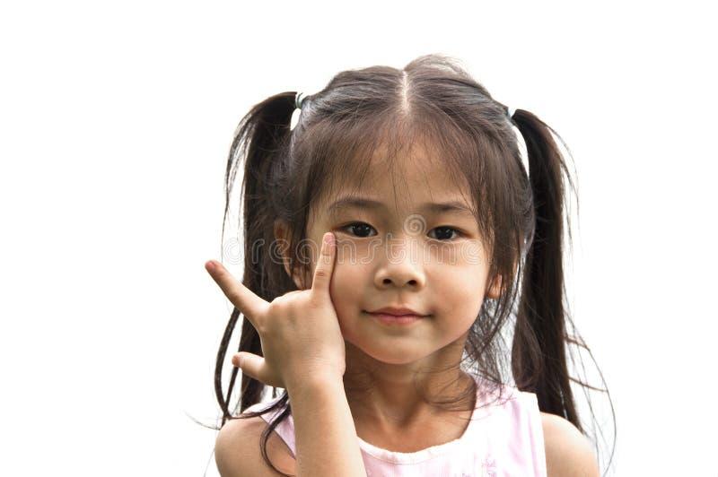 Pequeña muchacha asiática con la muestra del amor de la mano. fotos de archivo libres de regalías