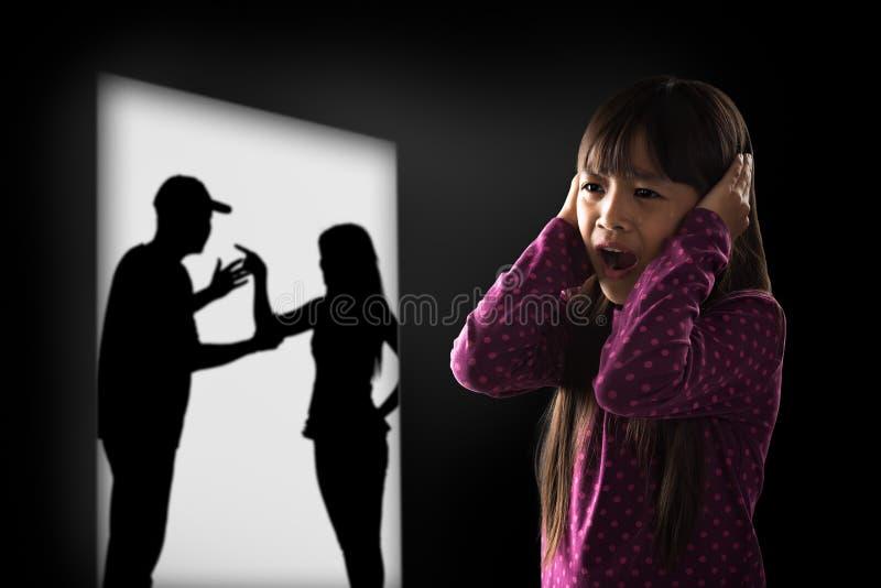Pequeña muchacha asiática de Cryling cansada de earing foto de archivo libre de regalías