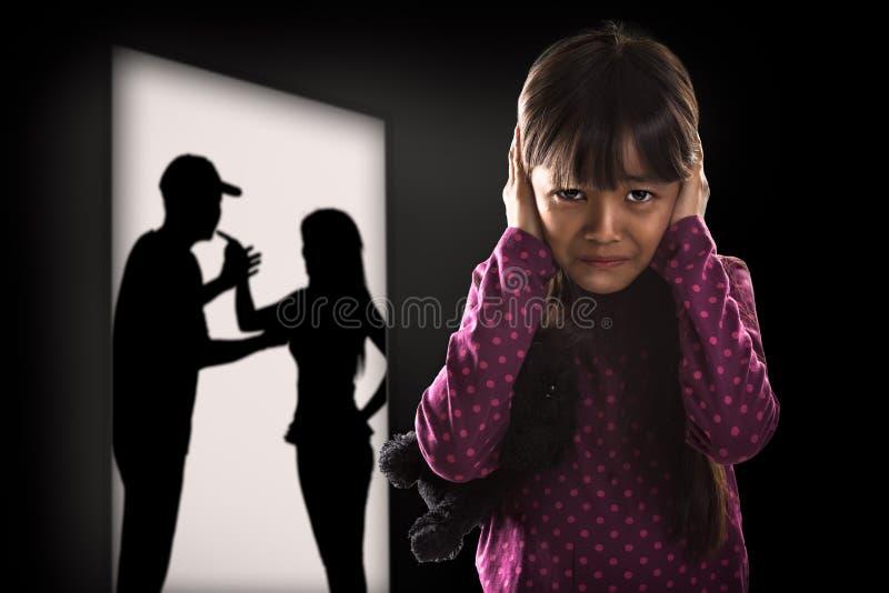 Pequeña muchacha asiática de Cryling cansada de earing fotos de archivo