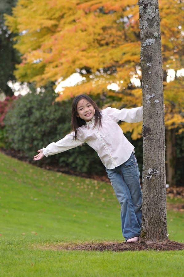 Pequeña muchacha asiática feliz imagen de archivo