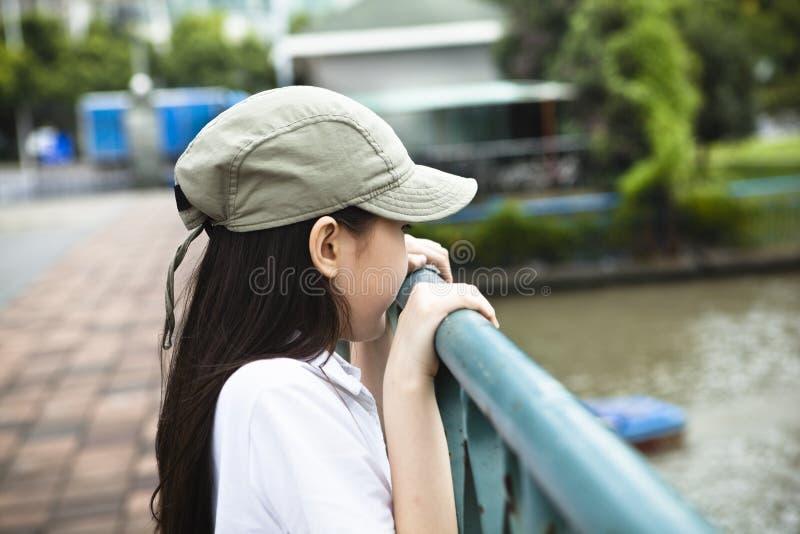 Pequeña muchacha asiática que mira el río imágenes de archivo libres de regalías