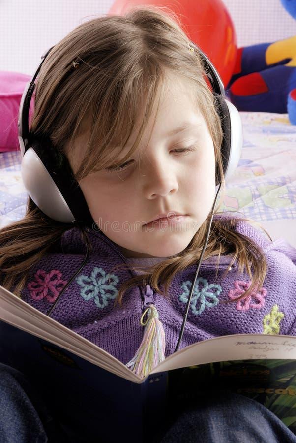 Pequeña muchacha con los auriculares fotos de archivo libres de regalías
