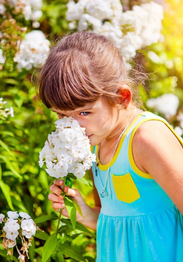 Pequeña muchacha con una flor fotografía de archivo libre de regalías