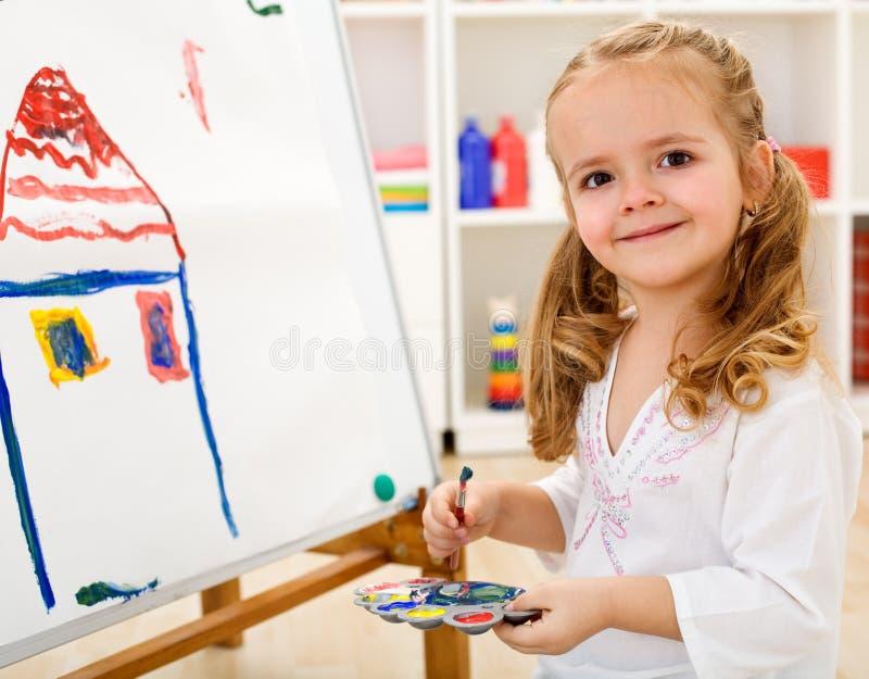 Pequeña muchacha del artista orgullosa de ella trabajo imagenes de archivo