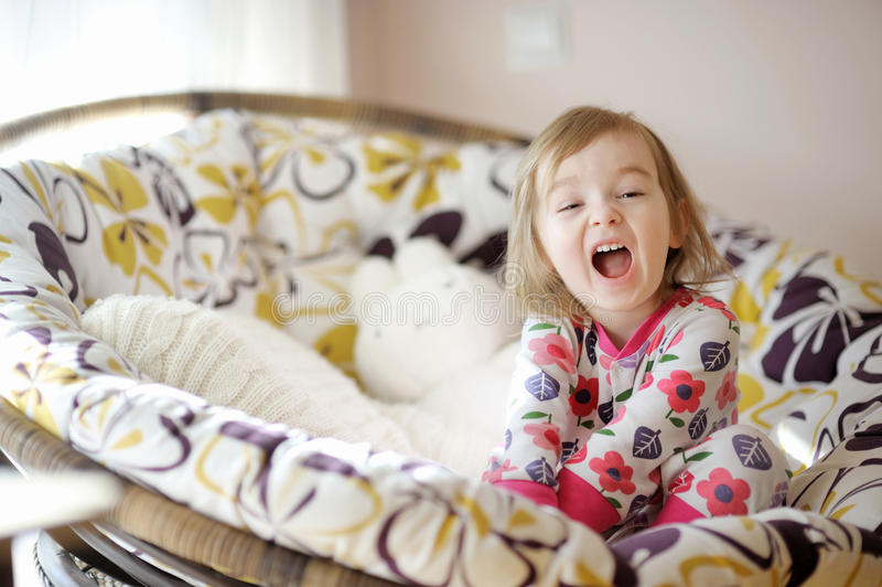 Pequeña muchacha divertida en pijamas en mañana asoleada fotos de archivo libres de regalías