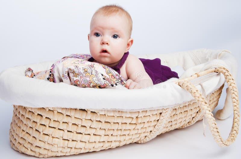 Pequeña muchacha dulce una mentira del bebé imagen de archivo libre de regalías