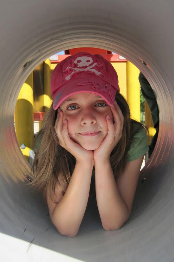 Pequeña muchacha en el túnel fotografía de archivo libre de regalías
