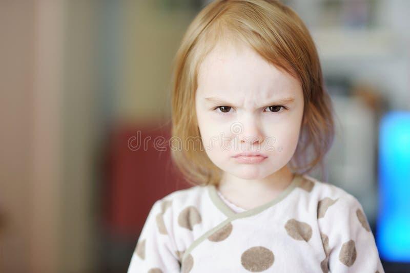 Pequeña muchacha enojada del niño imagen de archivo libre de regalías