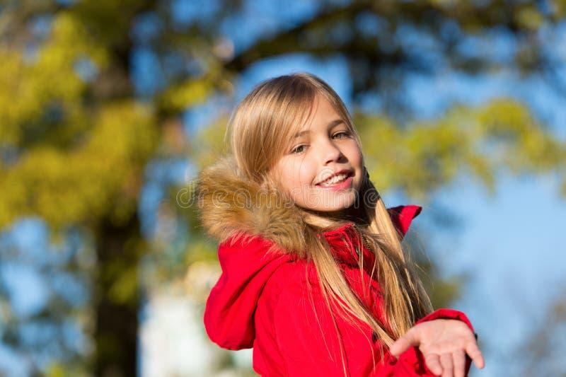 Pequeña muchacha feliz en el aire fresco Sonrisa feliz de la pequeña muchacha en bosque del otoño Pequeño modelo de moda Moda de  imagen de archivo