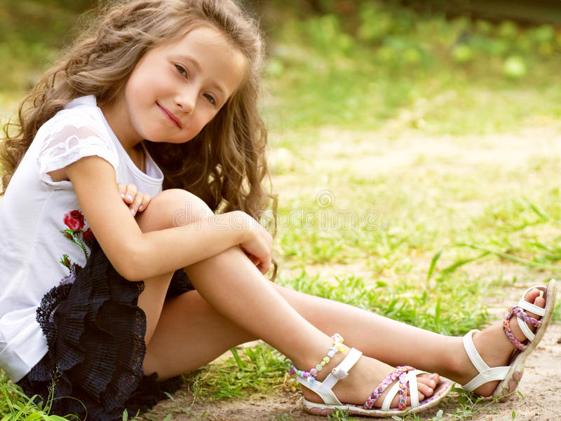 Pequeña muchacha feliz en jardín imagen de archivo